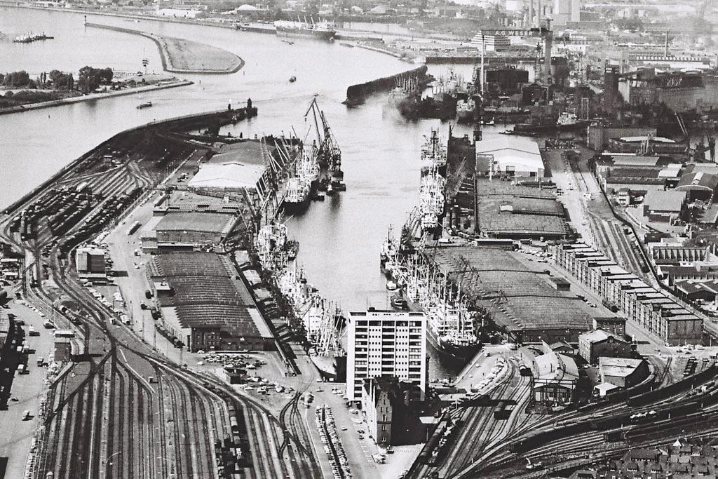 Bremer Überseehafen (vorne rechts Energieleitzentrale)
